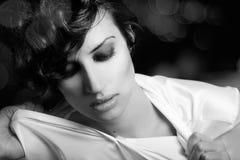 Frau mit intensivem Blick auf schwarzem Hintergrund Lizenzfreies Stockbild