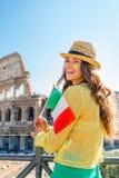 Frau mit italienischer Flagge vor colosseum Lizenzfreie Stockfotografie