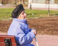 Frau mit 89 Jährigen, die auf Bank sitzt Stockfotos