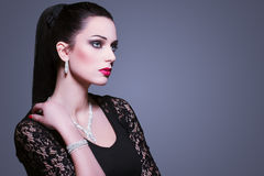 Frau mit Juwelen Stockbild
