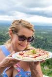 Frau mit köstlicher Erdbeerpizza auf einem tropischen Naturhintergrund des Balinese Bali-Insel, Indonesien Stockbilder