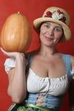 Frau mit Kürbis Lizenzfreie Stockfotografie