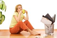 Frau mit Kaffee- oder Teecup - geben Sie von der Arbeit frei lizenzfreie stockfotos