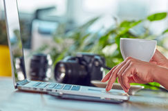 Frau mit Kaffee und Laptop Stockbilder