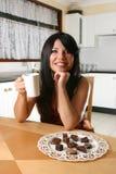 Frau mit Kaffee und Trüffeln lizenzfreies stockfoto