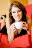 Frau mit Kaffee zu Hause Stockbilder