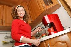 Frau mit Kaffeemaschine Lizenzfreies Stockfoto