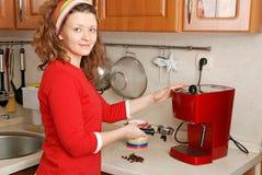 Frau mit Kaffeemaschine Lizenzfreie Stockbilder