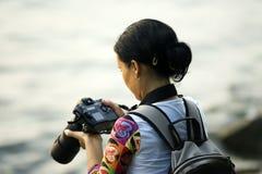 Frau mit Kamera Lizenzfreies Stockbild