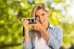 Frau mit Kamera draußen Lizenzfreie Stockfotografie