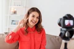 Frau mit Kameraaufnahmevideo zu Hause Lizenzfreie Stockbilder