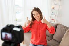 Frau mit Kameraaufnahmevideo zu Hause Stockfoto