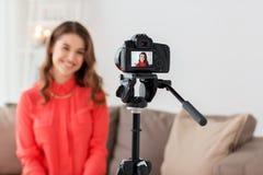 Frau mit Kameraaufnahmevideo zu Hause Lizenzfreie Stockfotos