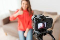 Frau mit Kameraaufnahmevideo zu Hause Stockfotos