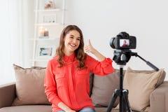 Frau mit Kameraaufnahmevideo zu Hause Lizenzfreies Stockfoto