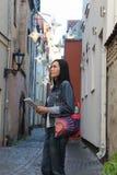 Frau mit Karte in alter Stadt Rigas stockbild