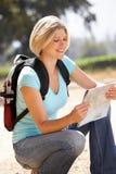 Frau mit Karte auf dem Gehen in Land Lizenzfreie Stockfotos