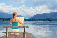 Frau mit Karte auf einem See Lizenzfreies Stockfoto