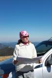 Frau mit Karte auf einer Autoreise stockfoto