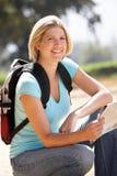 Frau mit Karte auf Landweg Stockbild