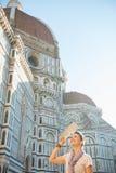 Frau mit Karte in Florenz, Italien Stockfotografie