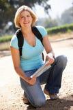 Frau mit Karte gehend in Land Lizenzfreies Stockfoto