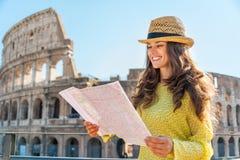 Frau mit Karte vor colosseum in Rom Stockfotografie
