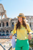 Frau mit Karte vor colosseum in Rom Stockfotos