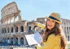 Frau mit Karte zeigend auf colosseum in Rom Stockfoto