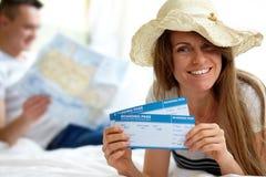 Frau mit Karten Stockfoto