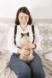 Frau mit Katze auf ihrem Schoss Stockbilder
