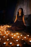 Frau mit Kerzen Stockfotos
