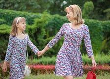 Frau mit Kind am Park stockfotos