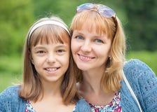Frau mit Kind am Park lizenzfreie stockfotografie