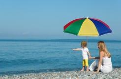 Frau mit Kind unter Regenschirm Lizenzfreies Stockbild