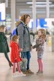 Frau mit Kindern an zentralem Bahnhof Utrechts, die Niederlande Lizenzfreies Stockbild