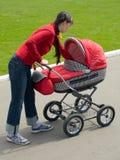 Frau mit Kinderwagen stockbild
