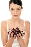 Frau mit Kirschen Stockbild