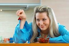 Frau mit Kirschen Lizenzfreie Stockfotos