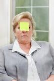 Frau mit klebriger Anmerkung Lizenzfreie Stockbilder