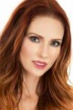 Frau mit kleinem Lächeln des roten Haarporträts Lizenzfreies Stockbild