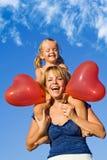 Frau mit kleinem Mädchen und Ballonen Lizenzfreies Stockfoto