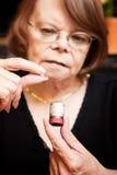 Frau mit kleiner Pille und Fall Lizenzfreies Stockfoto
