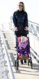 Frau mit Kleinkind Lizenzfreies Stockfoto