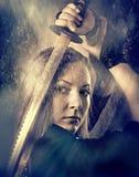 Frau mit Klinge stockfotos