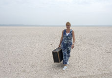 Frau mit Koffer Stockfotos