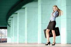 Frau mit Koffer lizenzfreie stockfotos
