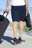 Frau mit Koffer und Aktenkoffer auf Geschäftsreise lizenzfreies stockbild
