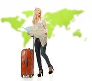 Frau mit Koffer und Karte Stockfotografie