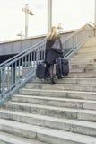 Frau mit Koffern gehend herauf Treppe Stockfotos